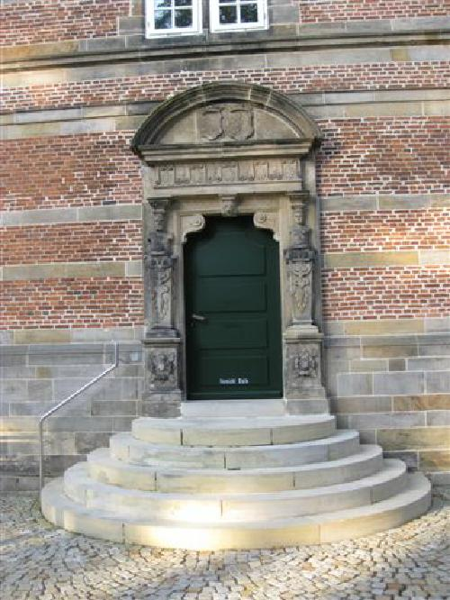Mittelportal im Innenhof - Beidseitige Pfeiler als Hermen