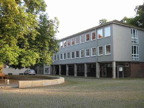 Der Westflügel des Schlosskomplexes beherbergt heute die Stadtbücherei