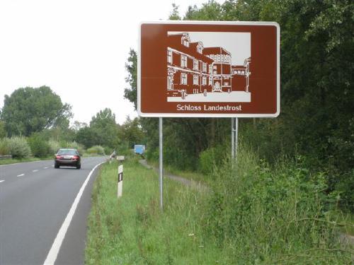 Touristik- Hinweis an der B6 zum Schloss Landestrost
