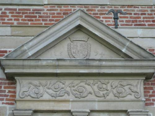 Tympanon des Gartenportals an der Ostfront des Leineflügels, eingerahmt von den Wappen Erich II, die Bauinschrift 1574