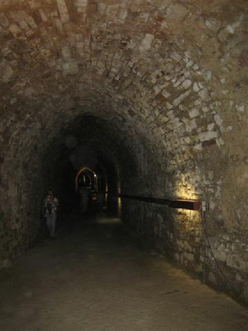 Der Kasemattengang unterhalb des Amtsgartens des Schloßes Landestrost