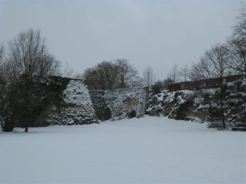 Selbst heute wirkt die alte Festungsmauer noch wehrhaft