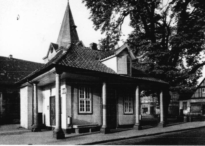 """Links im Bild ist die gemauerte Bedürfnisanstalt zu erkennen. Foto aus """"Kunstdenkmäler des Landes Niedersachsen."""""""
