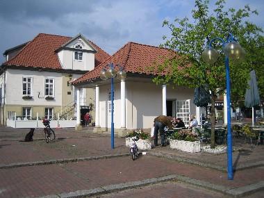 Altes Rathaus im Hintergrund -vorne die Alte Wache in Neustadt