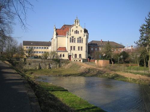 Das Amtsgericht in Neustadt am Rübenberge. In der Mauer der Amtsgerichtspassage sind historische Schätze platziert.