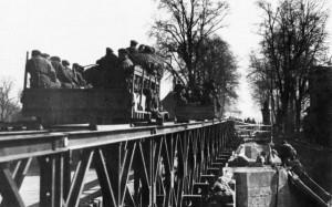 Behelfsbrücke über die Leine in Neustadt. Aus: Saft: Krieg in der Heimat, Das bittere Ende zwischen Weser und Elbe. Seite 132.