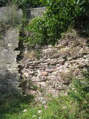 Die Festungsmauer des Schloss Landestrost