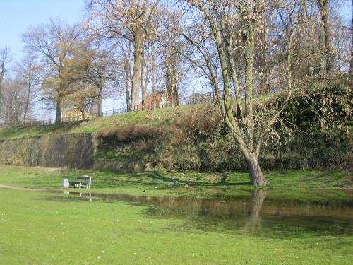 Leiches Hochwasser und Blick auf die Festungsmauer