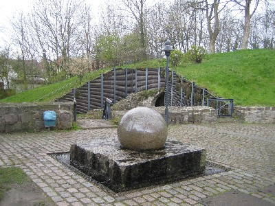 Modernes Wasserspiel am Erichsberg- Granit Kugeln aus Paradiso Marmor