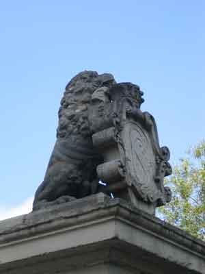 Die Löwen mit Stadtwappen bewachen die Stadt auf der Löwenbrücke