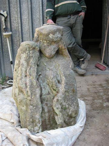 Aus der Festungsmauer herausgelößte Mutter mit Kind-Statue