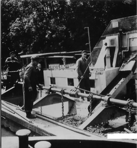 Ein Bagger-Schiff vertieft die kleine Leine bei Neustadt