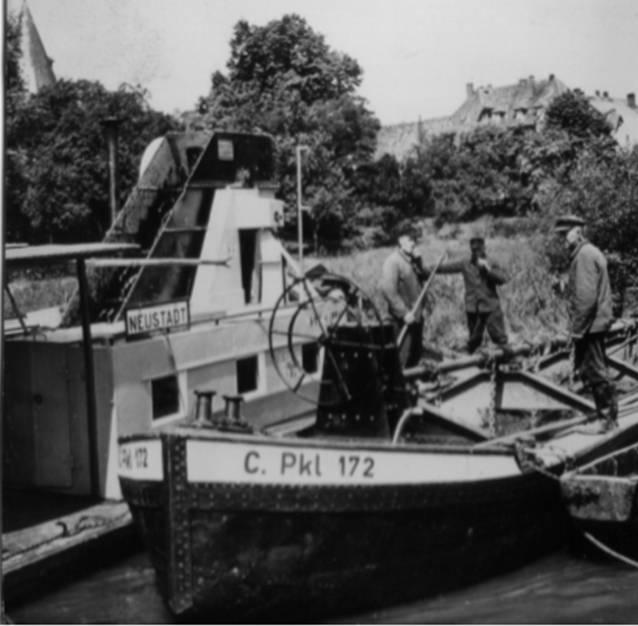 Ein Schiff auf der Leine hat am Bootsanleger in Neustadt festgemacht