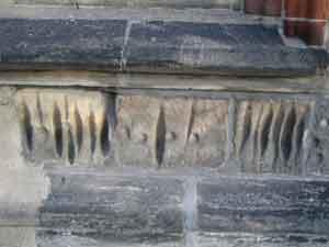 Rillen und Näpfchen im Sandstein der Liebfrauenkirche