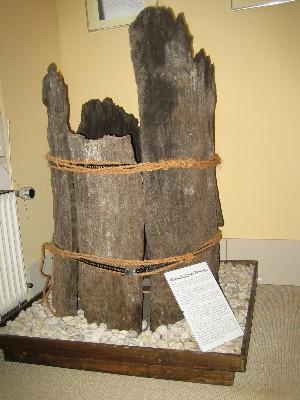 Fragment eines alten Röhrenbrunnens im Torfmuseum