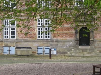 schlossplatz des Renaissance Bauwerkes mit altem Brunnen