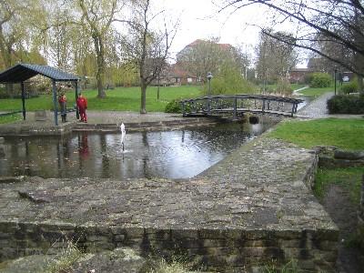 Teich der Festungsanlage Erichsberg - modernes Wasserspiel