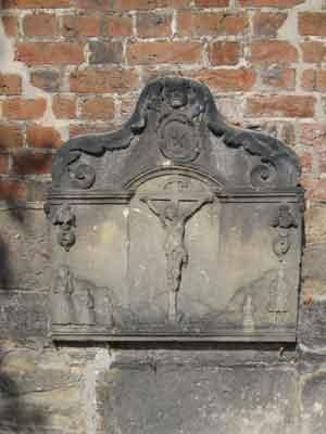 Der Trachtenstein an der Ostwand der Liebfrauenkirche