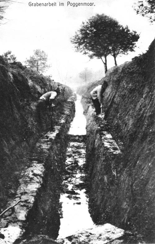 Ausheben eines Entwässerungsgrabens im Torf Moor