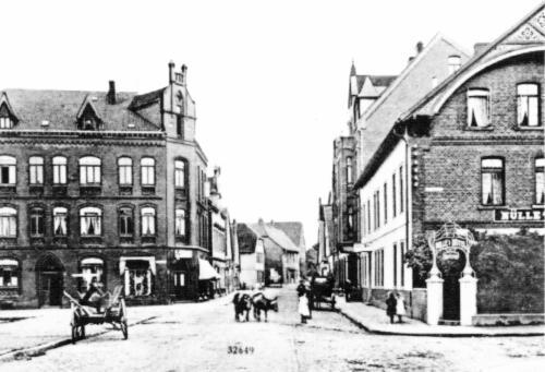 Marktstrasse Blick Richtung Osten ca. 1906. Leiterwagen und Kühe prägen das Strassenbild