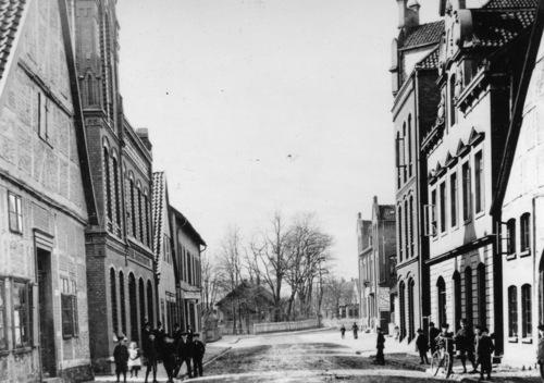 Die Marktstrasse und im Hintergrund die Landwehr in NRÜ