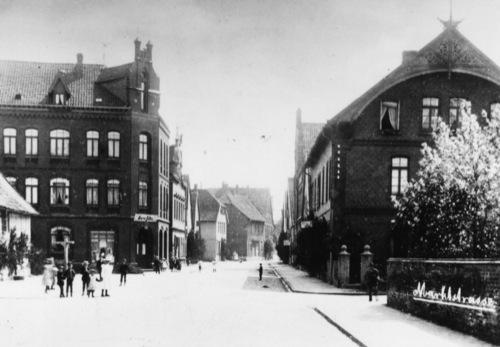 Alte Postkarte mit Blick in die Marktstrasse Neustadts