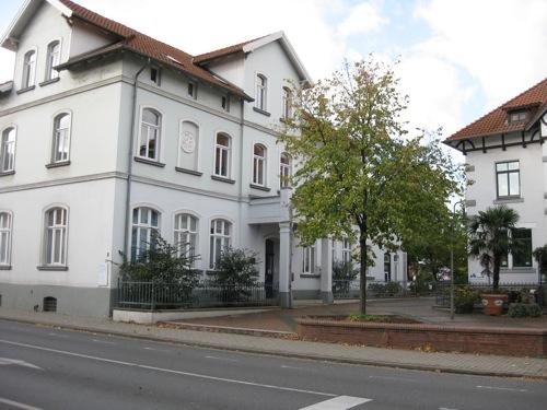 Eine Tafel links der Eingangstür erklärt es uns. Es ist die historische Winterschule. (Foto Dyck)