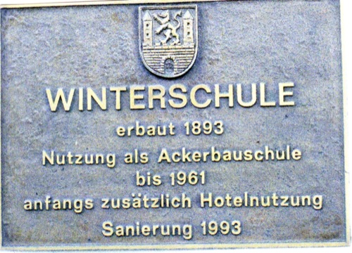 Dieses Schild verrät uns die ursprüngliche Aufgabe diese Hauses: Die Winterschule (landwirtschaftliche Schule) in Neustadt am Rübenberge