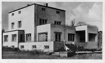 Postkarte etwa 1930 von H. Köster: Gartenseite des modernen Bauhaus-Stil Gebäudes