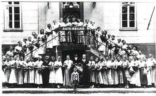 Die Kranzdamen des Schützenfests von 1934 vor dem alten Rathaus in Neustadt [18]