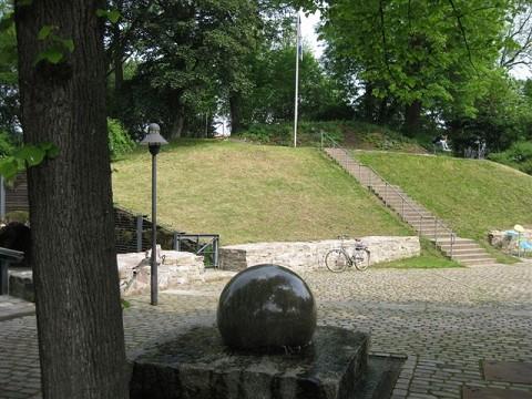 Moderner Brunnen am Erichsberg in Neustadt am Rübenberge