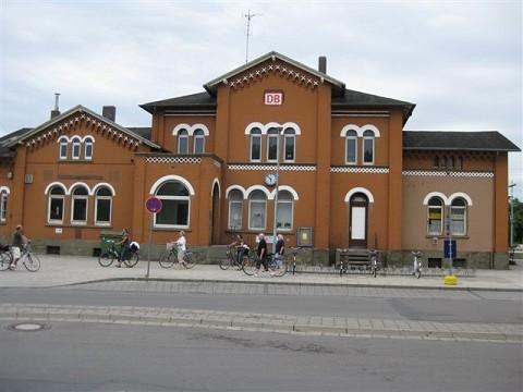 Frontansicht des Bahnhofsgebäudes in Neustadt am Rübenberge in 2010