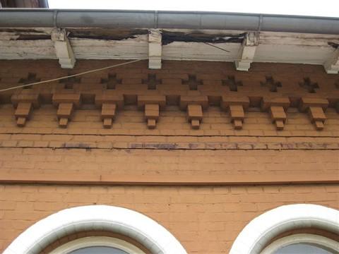 Morsche Balken sind keine Zierde für das vernachlässigte Bahnhofsgebäude
