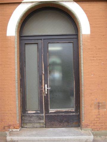 Marode ist auch so manche Tür. Das Gebäude ist vernächlässigt worden.