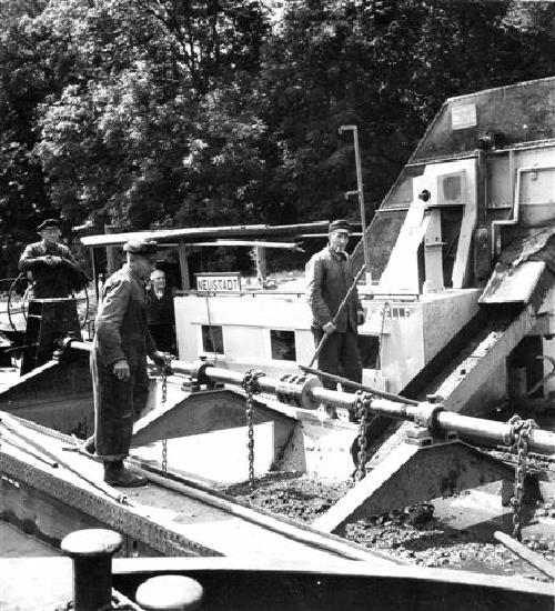 Ca. in den 50er und 60ern wurde am Flußbett der kleinen Leine gearbeitet.