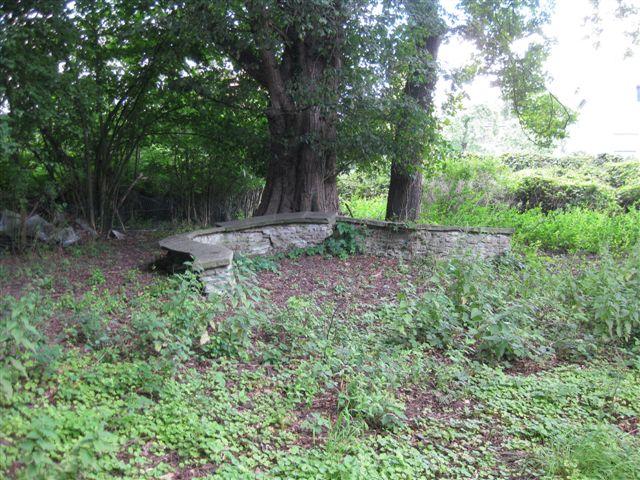Reste einer Sitzecke im ehemaligen westlichem Gartenteil