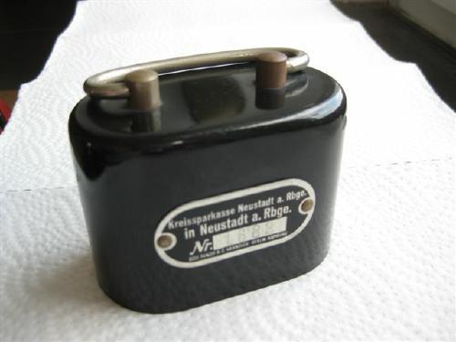 """Die selbe Geldschrankfabrik hat auch die Spardose hergestellt, die die Kreissparkasse nach dem 2. Weltkrieg herausgegeben hat. Sie wurde sinnigerweise das """"Brikett"""" genannt."""