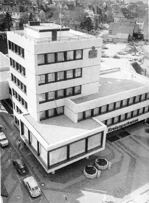 """Aufnahme des neuen Kreissparkassenbäudes in der Innenstadt von Neustadt am Rübenberge Foto: entnommen aus """"Heimatchronik des Kreises Neustadt a. Rbge"""" 1974"""