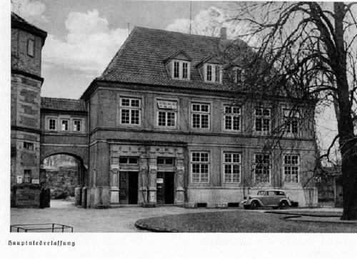 Die Sparkasse im Schloßhof des Schloß Landesttrost in Neustadt, etwa 1940
