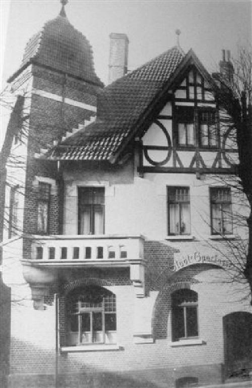 Die Stadtsparkasse war vor 1934 in der Schulstraße im Unterschgeschoss des Gebäudes untergebracht.