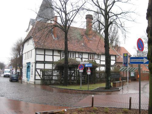 Die Kreuzung Herzog- Erich- Allee und  An der Liebfrauenkirche (frühere Schulstrasse). Nichts erinnert an die ehemalige Zehntscheune. (Foto Dyck Febr 2012)