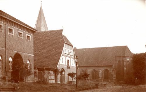 """Blick auf die historische Zehntscheune in Neustadt. Seit 1841, nach dem Bau des """"Criminal- Gefangenenhauses mit 20 Criminal- Cojen"""", vorne links im Bild, hat sich nicht mehr viel verändert."""