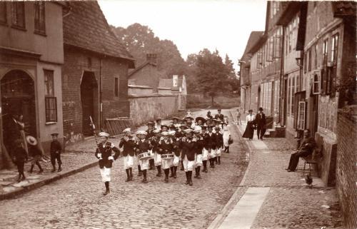 Postkarte- Fotos von Anfang des 20. Jh. Links das Amtsgericht von 1902, dann Jugendarrestanstalt, etwas vorspringend die Zehntscheune, im Hintergrund die Kirche (Foto: Köster)