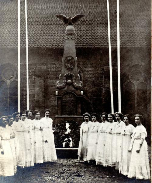 1913: Einweihung des Kriegerdenkmals auf dem Kirchplatz in Neustadt - mit Ehrenjungfrauen.