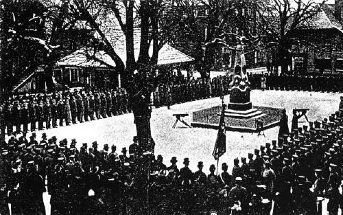 Militärparade am Kriegerdenkmal auf dem Marktplatz in Neustadt