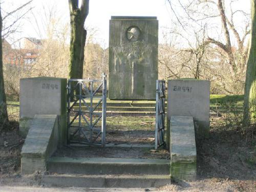 Das Kriegerdenkmal an der Suttorfer Straße in Neustadt am Rübeneberge. Es ehrt die gefallenen Soldate des Weltkriegs 1914/18 (Foto:  Dyck Feb 2012)