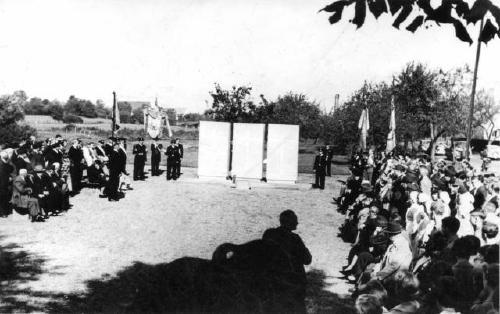 Einweihung des Kriegerdenkmals an der Suttorfer Straße in Neustadt am Rübenberge im Jahre 1954 (Fotos: von privat)