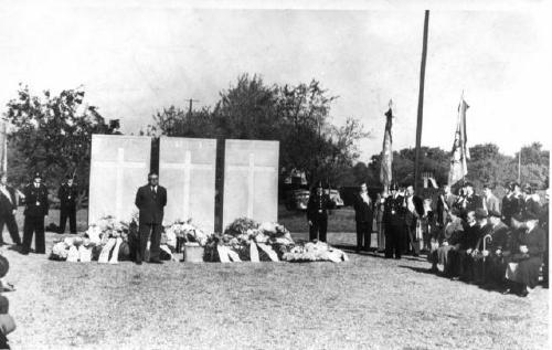 Mit einem Festakt wurde das Denkmal 1954 eingeweiht. Das Ehrenmal gedenkt den einhundertneununddreißig aus Neustadt kommenden toten Soldaten des Krieges (Foto: von privat)