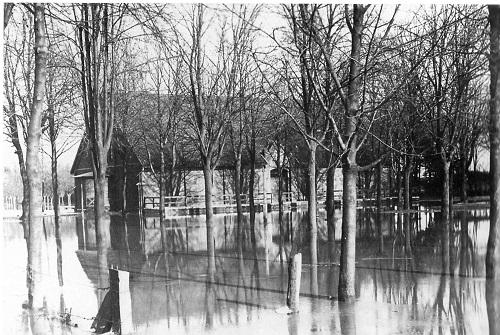 """Hochwasser 1905 in Neustadt. (Foto aus """"Freizeitzentrum Leinepark 7.7.'72"""", Hrsg. Stadt Neustadt)"""