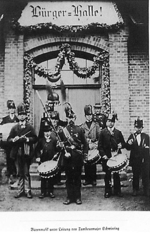 """Bärenmusik vor der Bürgerhalle 13.7.1888. (Foto aus """"Chronik der Schützenfeste"""",Hans- Joachim Naujoks 1993, S. 46)"""